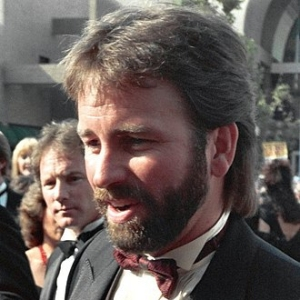 1948-2003-John_Ritter_at_the_1988_Emmy_Awards-Wikipedia